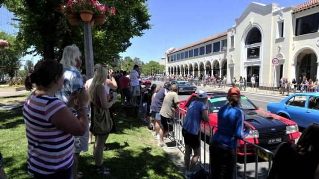Thousands of people line the streets of Northbourne Ave to watch Summernats Citycruise.