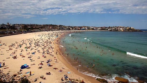 Sweltering ... large crowds flock to Bondi Beach to cool off.