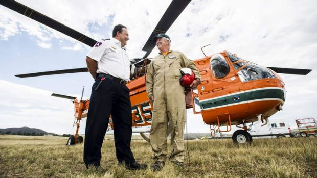ACT Chief RFS Officer Andrew Stark talks with SkyCrane pilot Brian Pilmer.