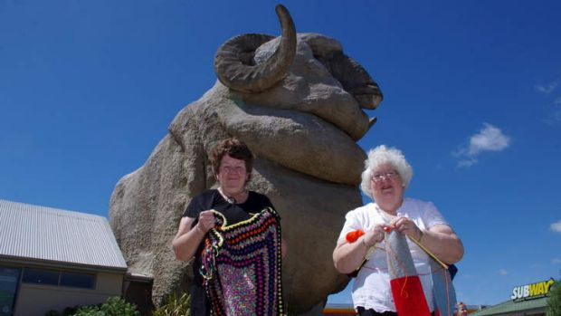 Two of the many Goulburn women knitting a scarf for Rambo, Lynne Mortimer and Susan McDonnell.