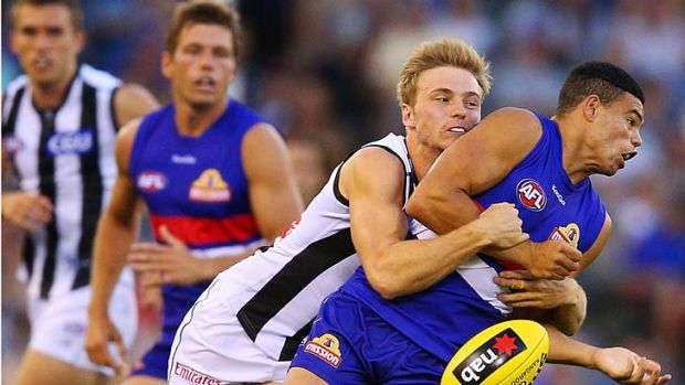 Collingwood's Ben Sinclair gets a firm grip on Bulldog Jason Johannisen.