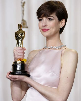 Anne Hathaway shows off her Oscar.