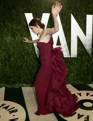 Jennifer Garner loses her balance at the 2013 Vanity Fair Oscars Party.