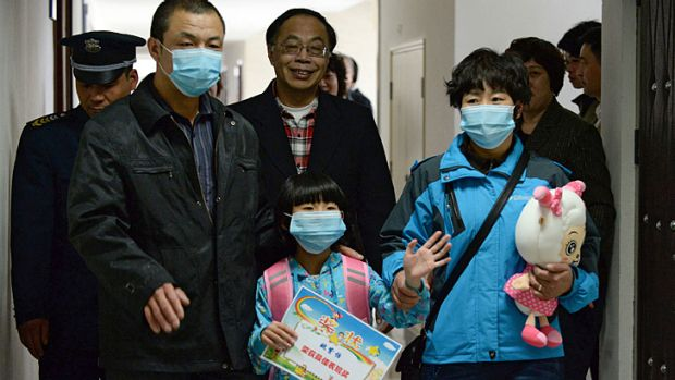 A seven-year-old girl who had Beijing's first human case of H7N9 bird flu with her parents as she prepares to go home ...