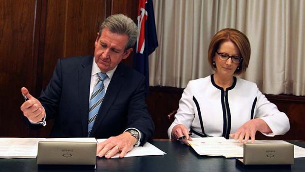 Giving a Gonski: Barry O'Farrell and Julia Gillard.