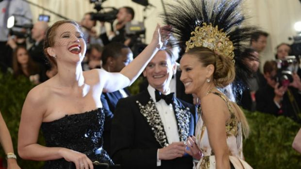 Jennifer Lawrence having a joke at the expensive of Sarah Jessica Parker's Philip Treacy headpiece at the Punk: Chaos to ...