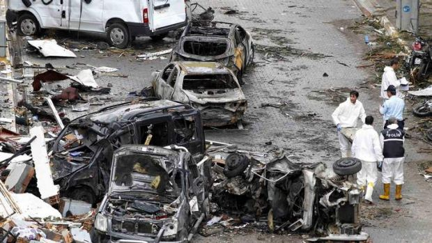 Officials work on one of the scenes of the twin car bomb attacks in Reyhanli on Sunday.
