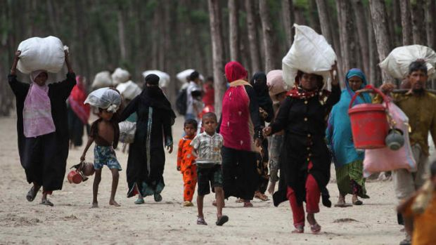 Bangladeshi evacuees head towards shelters as Cyclone Mahasen moves towards landfall in Cox's Bazar.