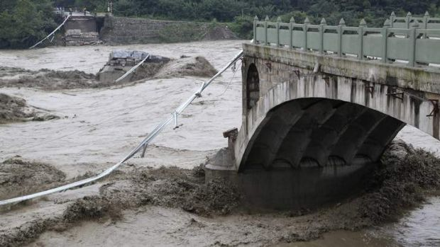 A bridge collapse after being hit by sweeping floods in Jiangyou, Sichuan.