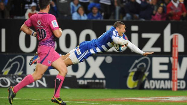 Bryan Habana of the Stormers dives over for a try.