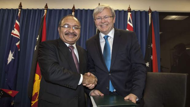 Papua New Guinea's Prime Minister Peter O'Neill and Australian Prime Minister Kevin Rudd sign an agreement over asylum ...