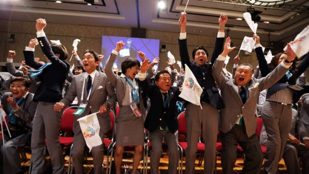 Prime Minister of Japan Shinzo Abe (3L) celebrates In Buenos Aires with the delegation from Tokyo.