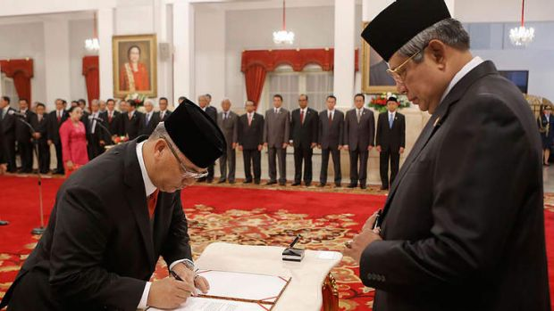 Caught red-handed: Indonesia's Chief of Constitutional Court Akil Mochtar, left, with President Susilo Bambang Yudhoyono.