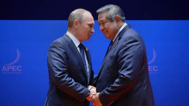 Indonesia's President Susilo Bambang Yudhoyono (R) shakes hands with Russian President Vladimir Putin at the APEC Summit ...