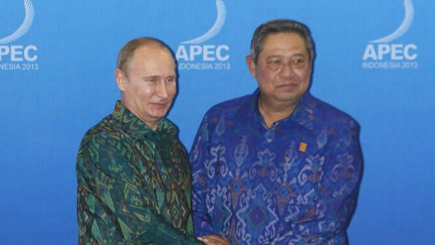 Russian President Vladimir Putin is greeted by Indonesia's President Susilo Bambang Yudhoyono (R) as he arrives for a ...