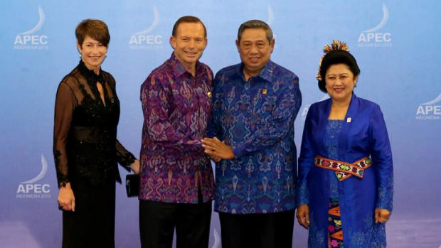 PM Tony Abbott and his wife Margie are welcomed by President Susilo Bambang Yudhyono and Ibu Ani Yudhoyono as they ...