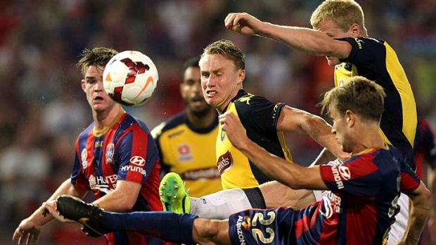 Zachary Anderson of the Mariners and Adam Taggart of the Jets vie for the ball during the round four match at Hunter ...