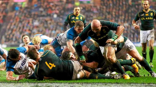 South Africa's Coenie Oosthuizen scores a try from a driving maul.
