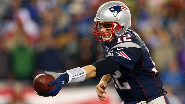 Tom Brady hands off the ball against the Colts.