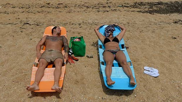 Andrew and Bridgette Sweetman enjoy the hot weather at Williamstown beach..
