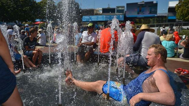 Tennis fans find ways to cool off.