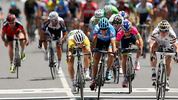 Simon Gerrans of Orica GreenEDGE edges out German cyclist Andre Greipel of the Lotto-Belisol to win stage one.