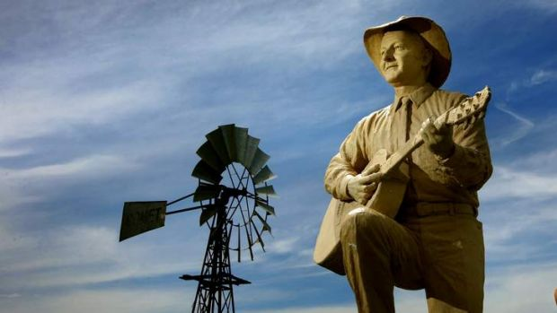 The sculpture of Slim Dusty, unveiled by Barry O'Farrell.