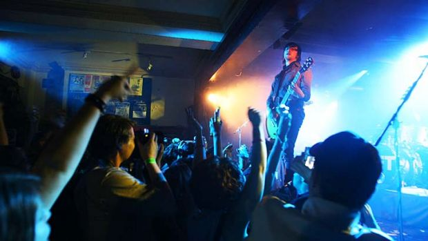 Jet performs at the Annandale Hotel in 2006. The venue has since shut down.