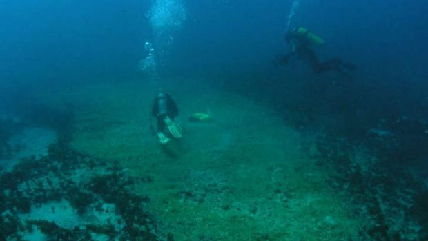Divers explore the area disrupted by grounding of Shen Neng 1.