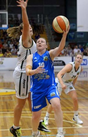 Bendigo veteran Kristi Harrower heads for the hoop.