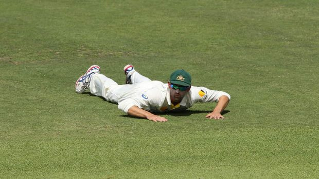 Nathan Lyon misses an opportunity to dismiss Faf du Plessis.