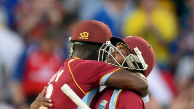 Darren Sammy (L) celebrates with teammate Dwayne Bravo.