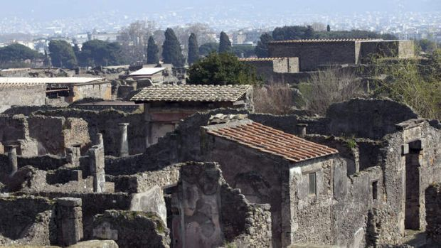Thieves in the House of Neptune: The goddess Artemis has been stolen from Pompeii.