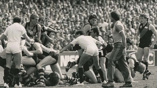 1985 VFL Grand Final, Essendon v Hawthorn, 30-09-1985. Umpires Peter Cameron and Ian Robinson move in to break up an ...