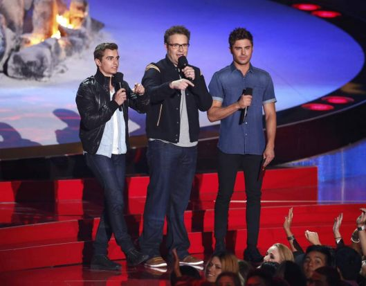 Zac Efron (R), Seth Rogen (C) and Dave Franco (L) present the award for best kiss at the 2014 MTV Movie Awards.
