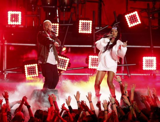 Eminem and Rihanna perform on stage at the 2014 MTV Movie Awards.
