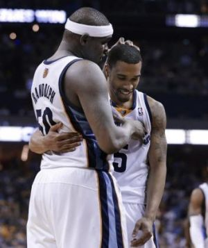 Grizzlies forward Zach Randolph, left, congratulates Courtney Lee after Lee sank a free throw in the final seconds of ...