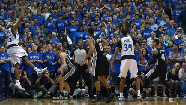 Vince Carter shoots the game-winning shot as the Mavericks beat the San Antonio Spurs 109-108.