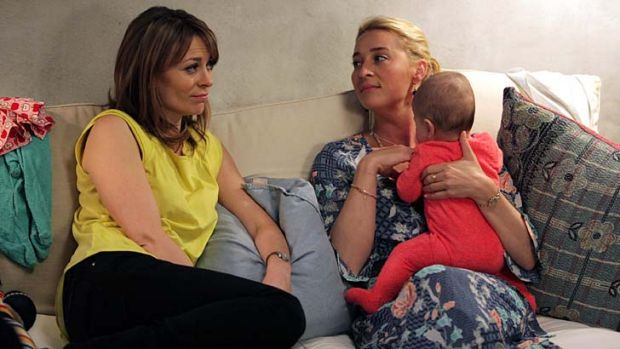 Sisters: Kat Stewart as Billie Proudman and Asher Keddie as Nina Proudman in <em>Offspring</em>.