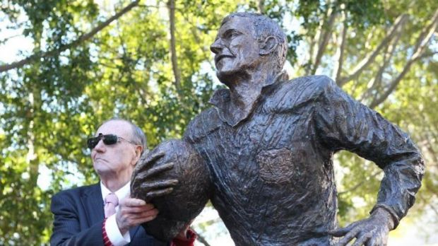 Rugby League Immortal  Reg Gasnier unveils his statue at the SCG in 2010.