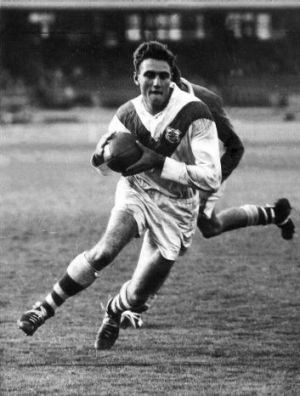 Reg Gasnier playing for St George.