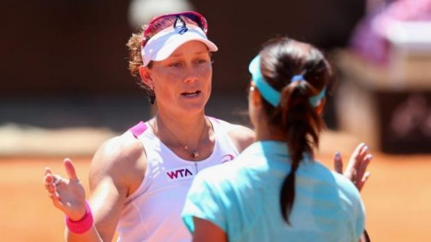 Samantha Stosur congratulates Li Na after their match.