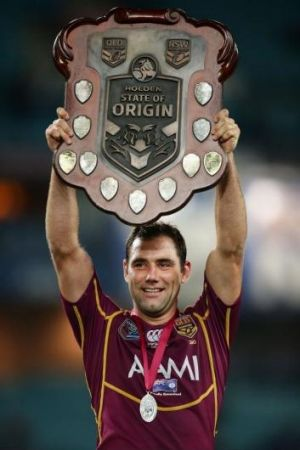 Cameron Smith holds aloft the State of Origin trophy in 2013.