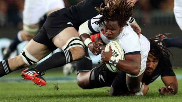 Marland Yarde is tackled by Richie McCaw and Ma'a Nonu.