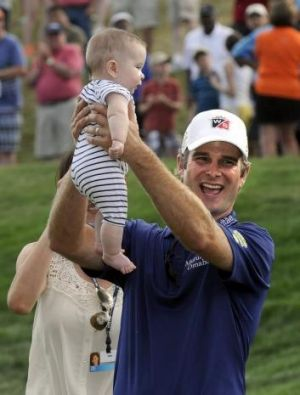 Kevin Streelman celebrates with his six-month old daughter, Sophia
