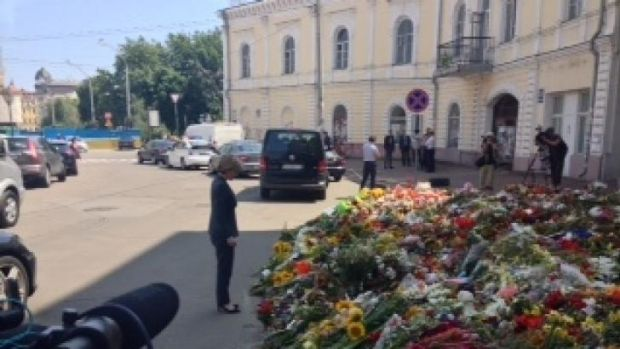 Julie Bishop pauses at the tribute to victims of MH17 outside the Dutch embassy in Kiev.