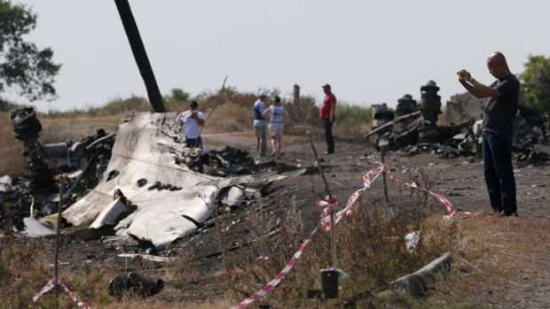 Ukraine has formally handed overall responsibility for the crash investigation to the Dutch.