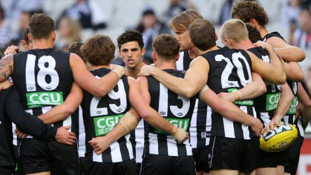 Scott Pendlebury speaks to the team during the game against Adelaide.