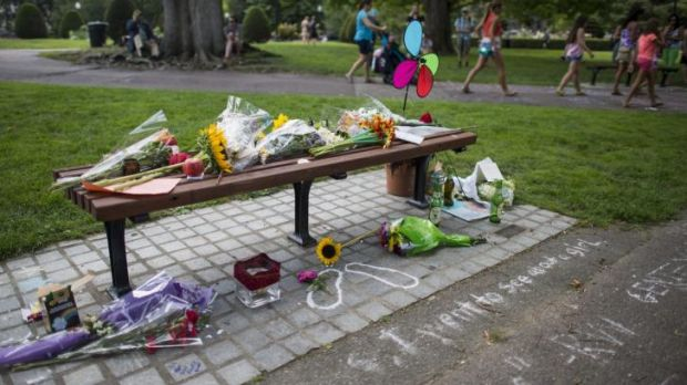 Tributes to Robin Williams at the bench in Boston made famous in <i>Good Will Hunting</i>.
