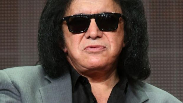 Kiss star Gene Simmons has apologised for remarks he made about depression and suicide.